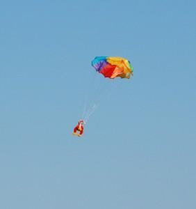 gosedjur hoppar fallskärm från drakhissen